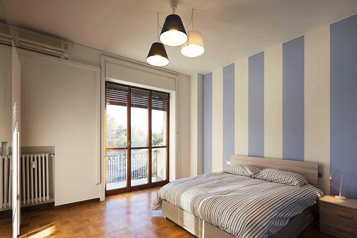 Ampia stanza con grande porta finestra e balcone • 13D